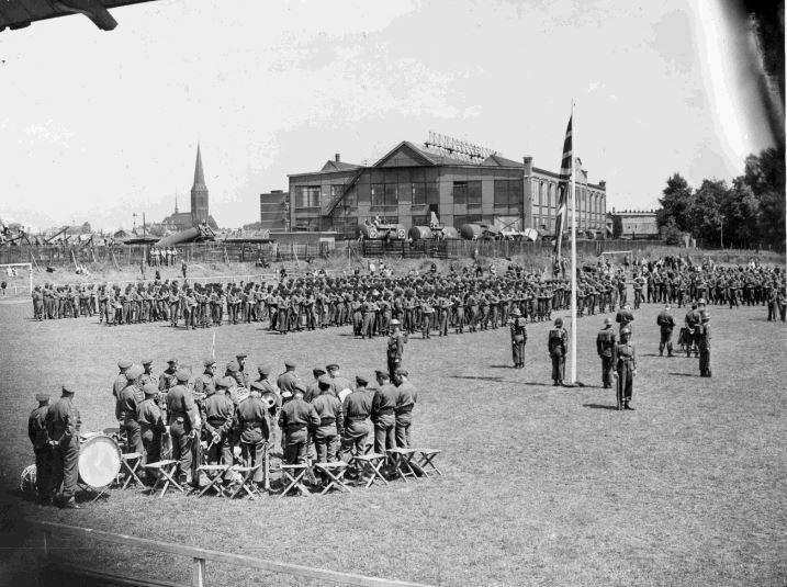 """""""Des hommes du Lake Superior Regiment assistent à un service commémoratif pour les soldats tombés au combat à Hengelo, en Hollande, après la libération."""" Juin 1945. Avec l'autorisation du Thunder Bay Museum, 979.3.4."""