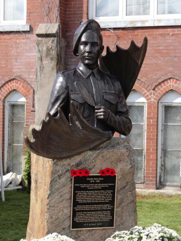 La statue commémorative pour Charles Byce à Thunder Bay, Ontario.