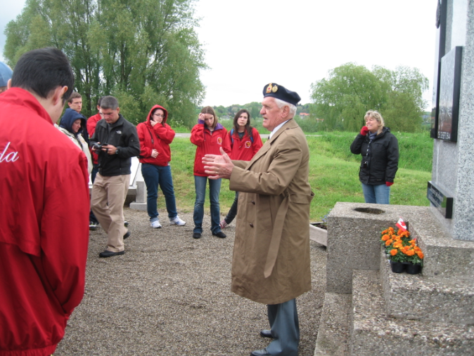 Donald Somerville speaks to students about his role during the Second World War and evacuating the 1st Airborne Division, c. 2010.  Photo: Alice van Bekkum.