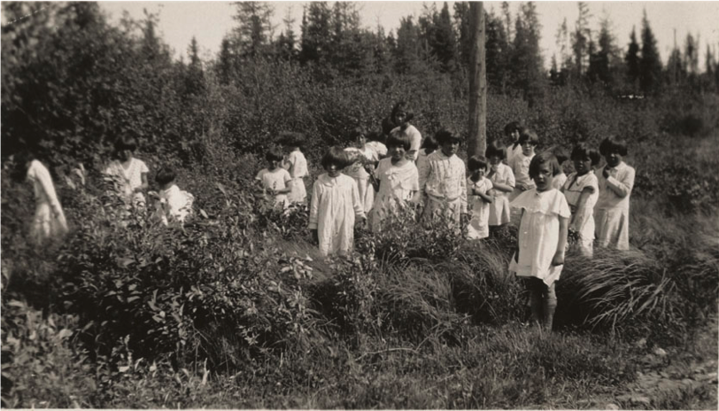 """""""Groupe d'élèves du pensionnat de St. John's à Chapleau dans les bois"""" 1933. Photo : Anne Swain. Avec l'autorisation de la Bibliothèque et Archives Canada, R13144-19-1-E. Numéro de volume/boîte : 1."""