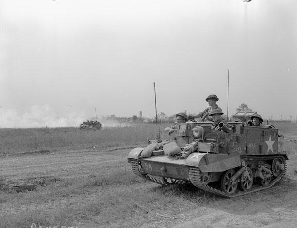 """""""Un transporteur universel du Lake Superior Regiment, Cintheaux, France, 8 août 1944."""" Photo : Ken Bell. Avec l'autorisation de Bibliothèque et Archives Canada,1967-052 NPC."""